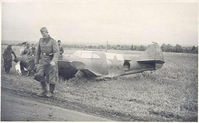 Сбитый русский самолёт с немцем